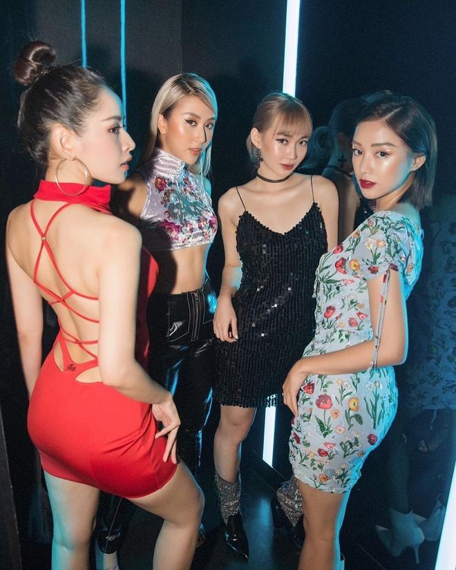Jun Vu khoe dang nong bong voi bikini, Chi Pu mac vay ho lung la mat hinh anh 1