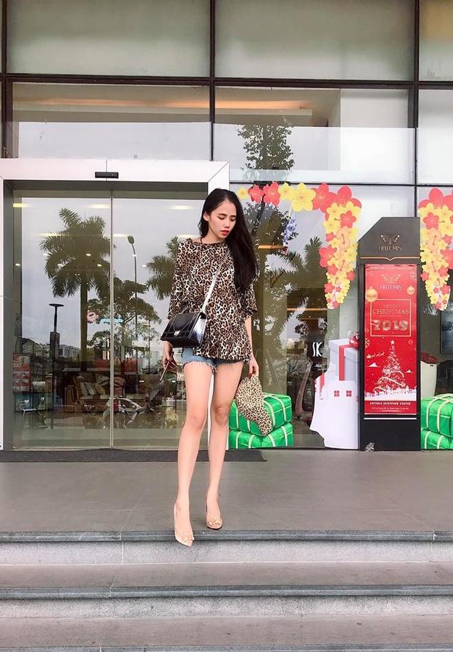 Hien tuong cover Huong Ly chuong dien vay ao nu tinh ben oto hinh anh 8