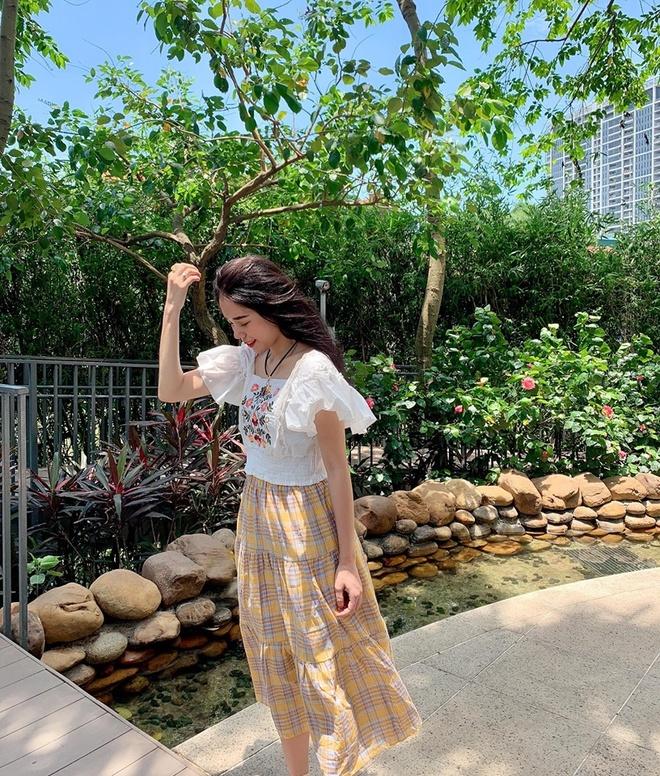 Hien tuong cover Huong Ly chuong dien vay ao nu tinh ben oto hinh anh 3