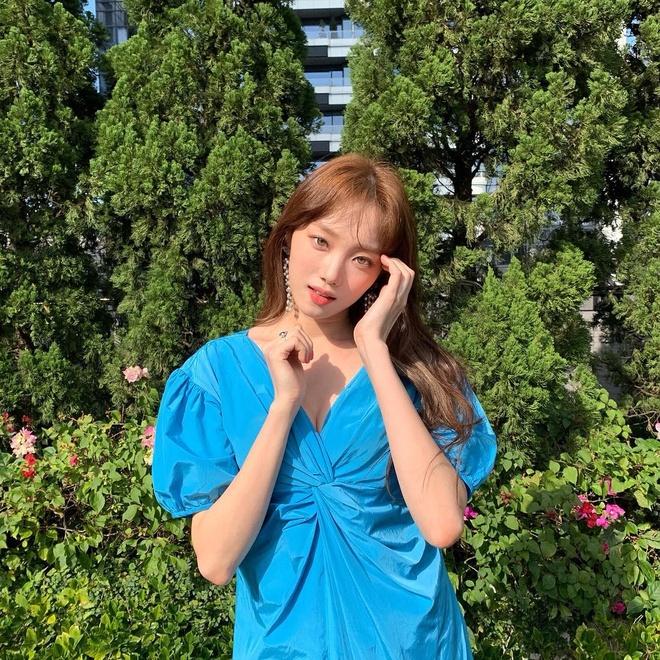 Lee Sung Kyung luon an mac chat du di su kien hay xuong pho hinh anh 1