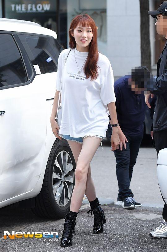 Lee Sung Kyung luon an mac chat du di su kien hay xuong pho hinh anh 6