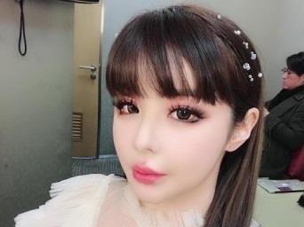 Park Bom lam nao dong san khau khi cover hit cua dan em hinh anh