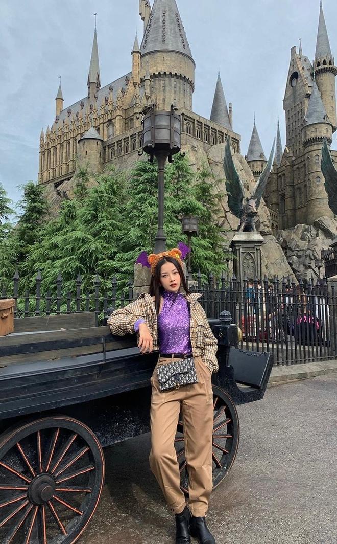 Khanh Linh khoe tui Chanel 21.500 USD, Quynh Anh Shyn mac do bo sexy hinh anh 7