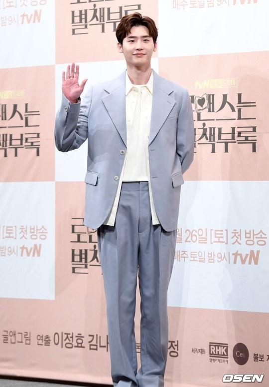 Gong Yoo va dan sao nam khong bi dim dang du mac vest rong hinh anh 11