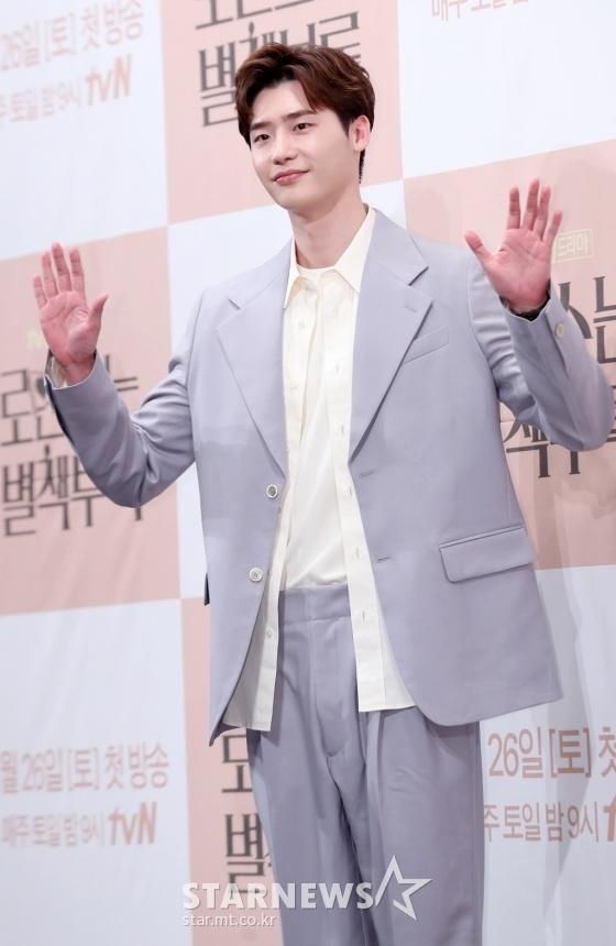 Gong Yoo va dan sao nam khong bi dim dang du mac vest rong hinh anh 12