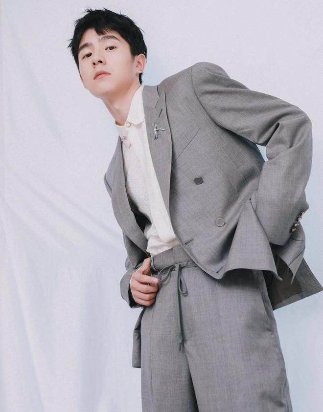 Gong Yoo va dan sao nam khong bi dim dang du mac vest rong hinh anh 5