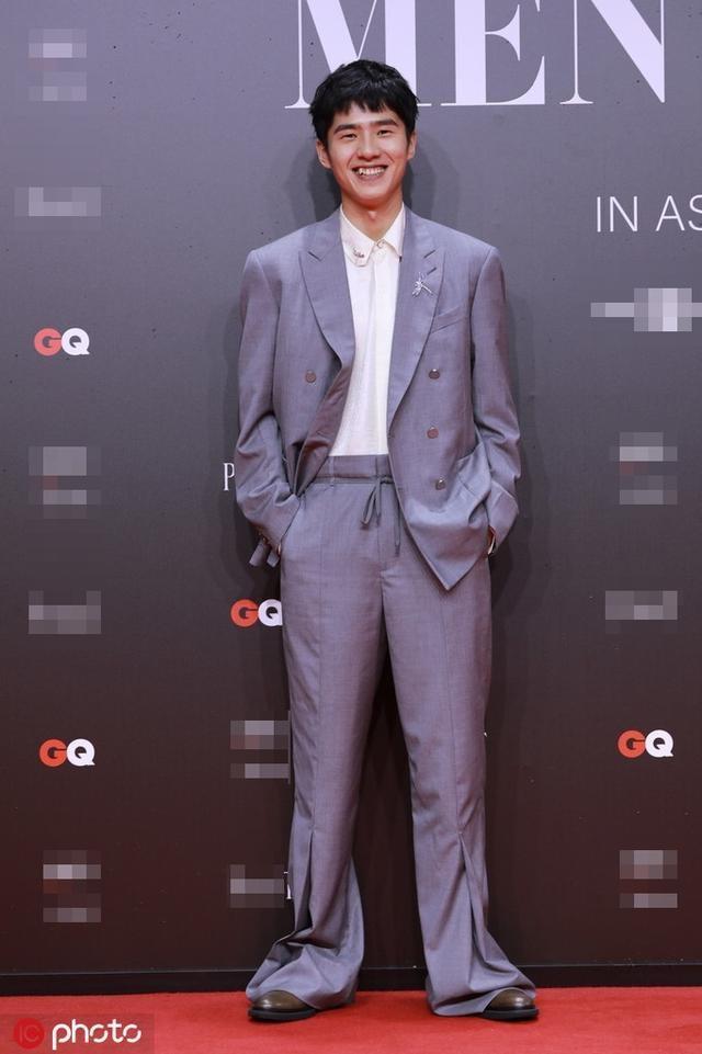 Gong Yoo va dan sao nam khong bi dim dang du mac vest rong hinh anh 6