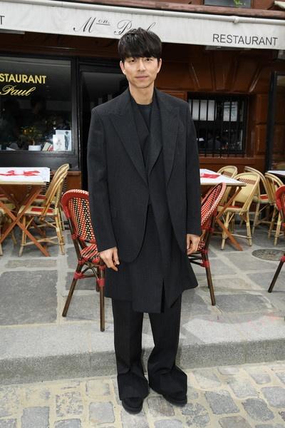 Gong Yoo va dan sao nam khong bi dim dang du mac vest rong hinh anh 3