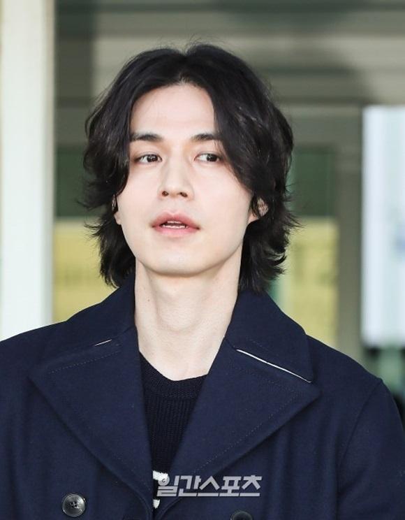 Lee Dong Wook duoc khen dep trai bat chap moi kieu toc hinh anh 2
