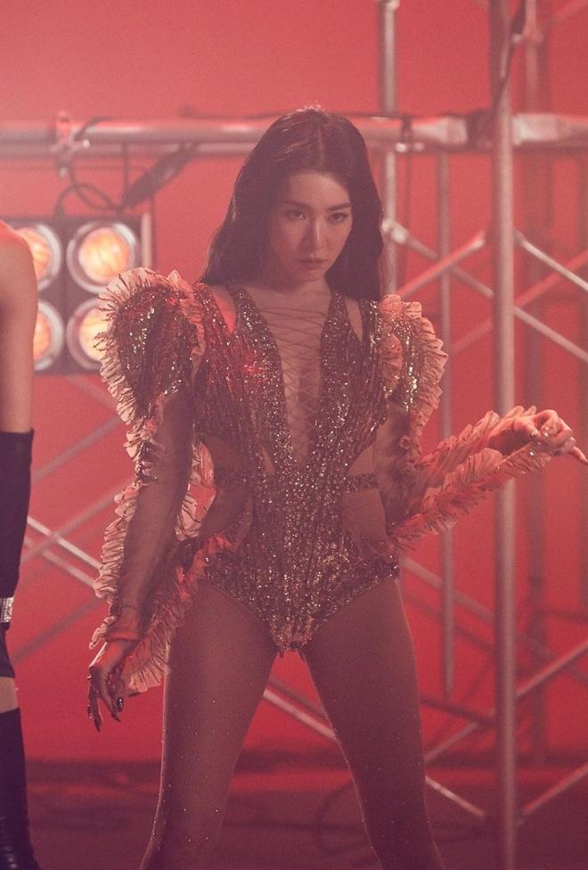 Roi nhom SNSD, Tiffany chuong mac bra va vay ngan len san khau hinh anh 7
