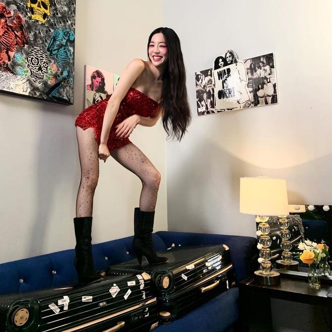 Roi nhom SNSD, Tiffany chuong mac bra va vay ngan len san khau hinh anh 2