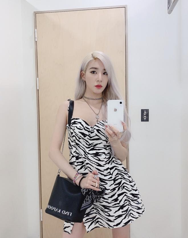Roi nhom SNSD, Tiffany chuong mac bra va vay ngan len san khau hinh anh 12