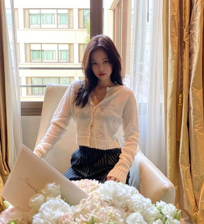 Jennie va dan my nhan Han mua dong van mac ao len ngan khoe eo thon hinh anh 1