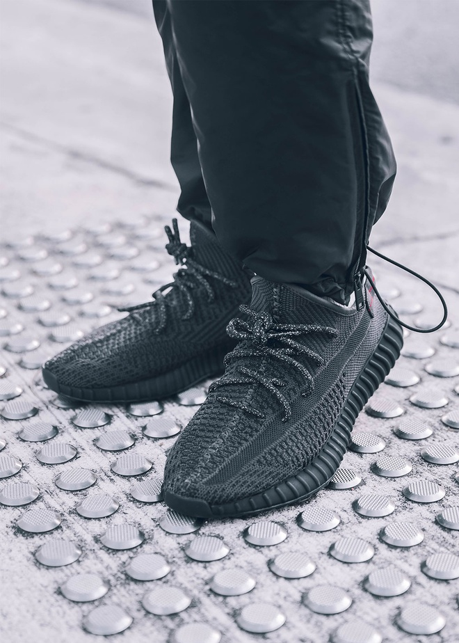 mo ban lai Yeezy Boost 350 V2 Black anh 3
