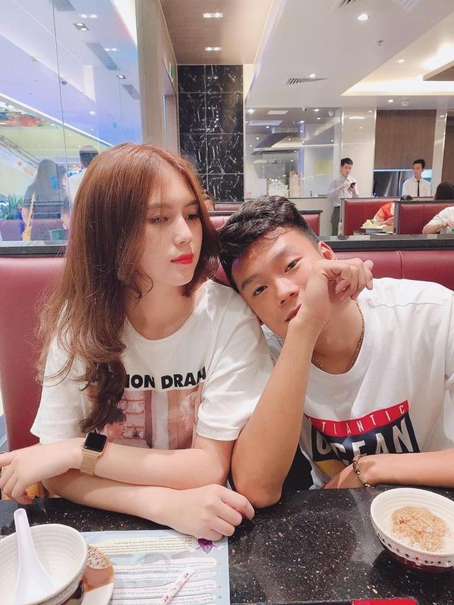 Cau thu Thanh Chung thuong khoe thoi trang ca tinh ben ban gai hinh anh 9