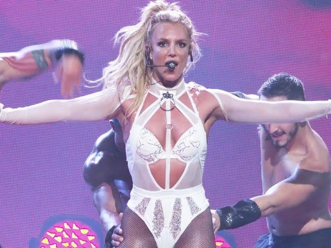 Britney Spears chuong dien do ho hang len san khau hinh anh