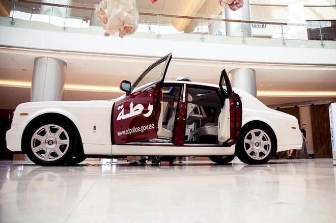 Rolls-Royce Phantom gia nhap dan xe canh sat Abu Dhabi hinh anh 1 Rolls-Royce Phantom mang màu áo cảnh sát Abu Dhabi