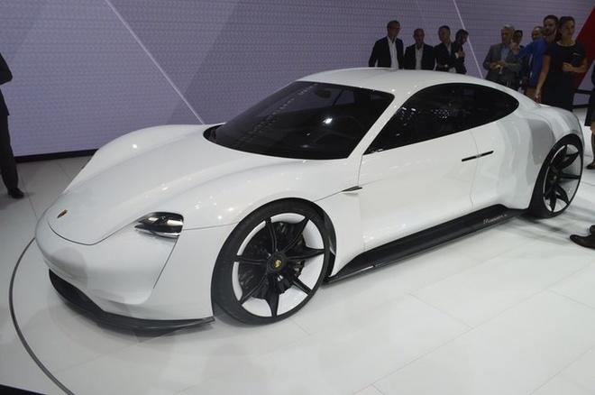 Porsche Mission E sẽ là siêu xe chạy điện đầu tiên của thương hiệu xứ Stuttgart. Ban Giám đốc của Porsche cũng vừa bật đèn xanh cho phiên bản sản xuất của concept này. Mission E bốn cửa với bốn chỗ ngồi tách biệt được trang bị hệ thống dẫn động điện sản sinh công suất trên 600 mã lực. Nhờ vậy, xe có thể tăng tốc từ 0 đến 100 km/giờ trong vòng chưa đến 3,5 giây và có thể đi hết quãng đường 500 km trong một lần sạc. Hệ thống sạc đặc biệt thông qua bộ sạc 800 vôn được thiết kế riêng trên mẫu xe này mạnh gấp đôi so với hệ thống sạc nhanh hiện nay, pin lithium được tích hợp bên trong sàn xe hội tụ đủ sức mạnh để nạp khoảng 80% điện năng chỉ trong 15 phút. Việc 'nạp nhiên liệu' không dây bằng cảm ứng thông qua một cuộn dây đặt trực tiếp bên dưới sàn nhà để xe là tùy chọn được trang bị cho mẫu xe này.