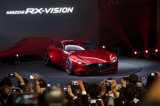 Mazda RX-Vision là câu trả lời khá rõ ràng của nhà sản xuất Nhật Bản đối với phân khúc xe thể thao. Điểm đáng chú ý của RX-Vision là động cơ đặt phía trước, hệ dẫn động cầu sau. Xe được thiết kế theo ngôn ngữ KODO mà hầu hết các sản phẩm mới của Mazda đều đang áp dụng. Điều đó khiến RX-Vision được kỳ vọng sẽ đi vào dây chuyền sản xuất hàng loạt trong thời gian ngắn tới đây.