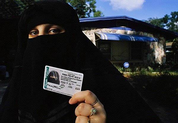 Nhung cau chuyen hai huoc ve chup anh the bang lai xe hinh anh 3 Giấy phép lái xe là một trong những giấy tờ nhận dạng quan trọng nhất tại Mỹ. Nhưng riêng tại Illinois, chính quyền bang này đã cho phép những người theo đạo Hồi được quyền giữ nguyên tấm che mặt khi chụp ảnh thẻ - điều gần như phá bỏ tác dụng của một chiếc ảnh thẻ.
