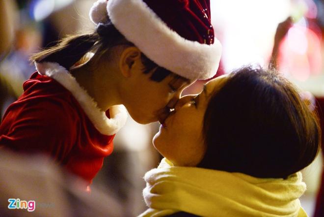 Khong khi Noel som tren duong pho Sai Gon hinh anh
