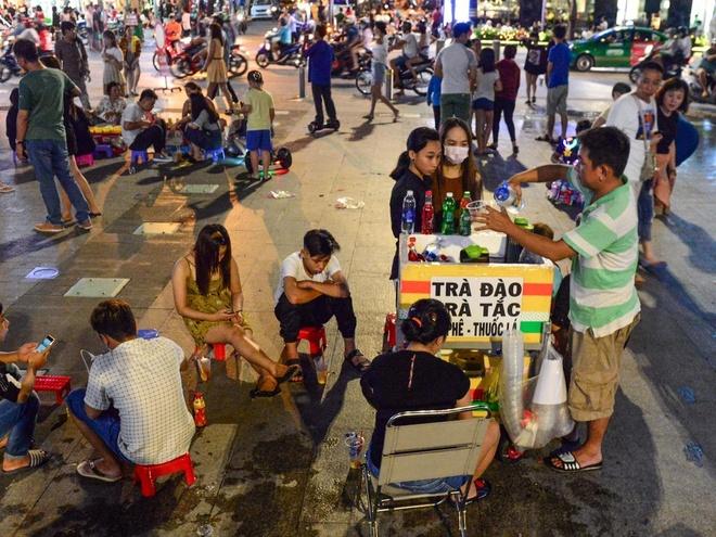 Hang rong bua vay pho di bo Nguyen Hue o Sai Gon hinh anh