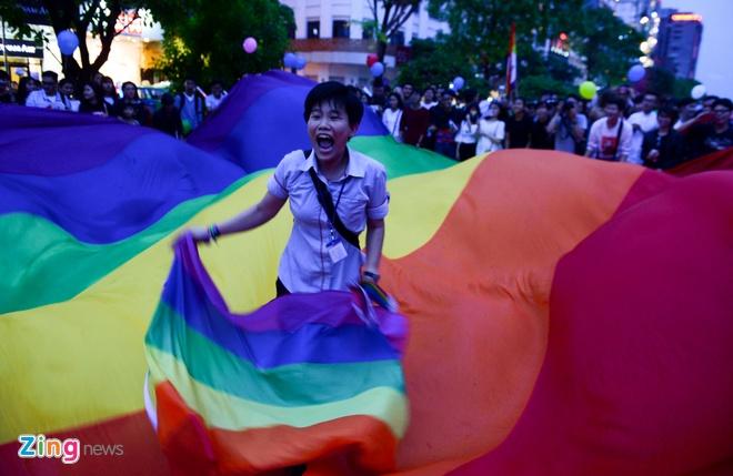 Ban tre tung co cau vong LGBT tren pho di bo Nguyen Hue hinh anh