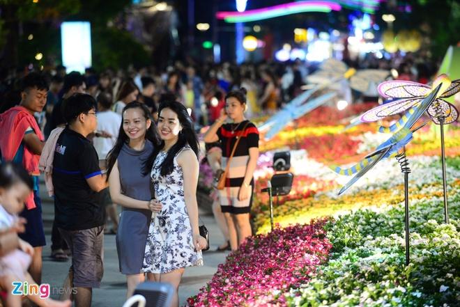 Hang nghin nguoi do ve duong hoa Nguyen Hue trong dem khai mac hinh anh