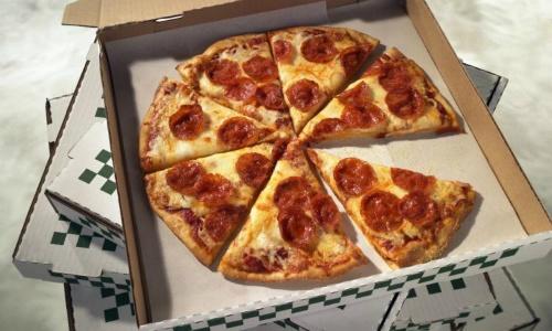 Tai sao pizza hinh tron de trong hop vuong va cat theo hinh tam giac? hinh anh