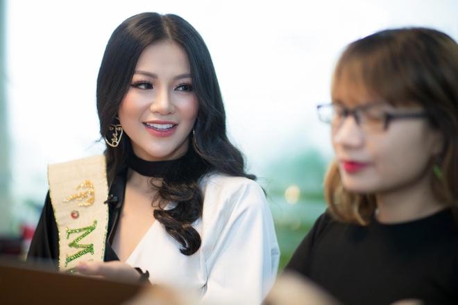Hoa hau Phuong Khanh giao luu voi doc gia Zing.vn hinh anh