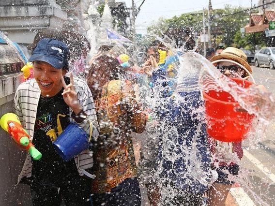Tet co truyen Songkran: Le hoi truyen thong 'hoang dai' nhat Thai Lan hinh anh