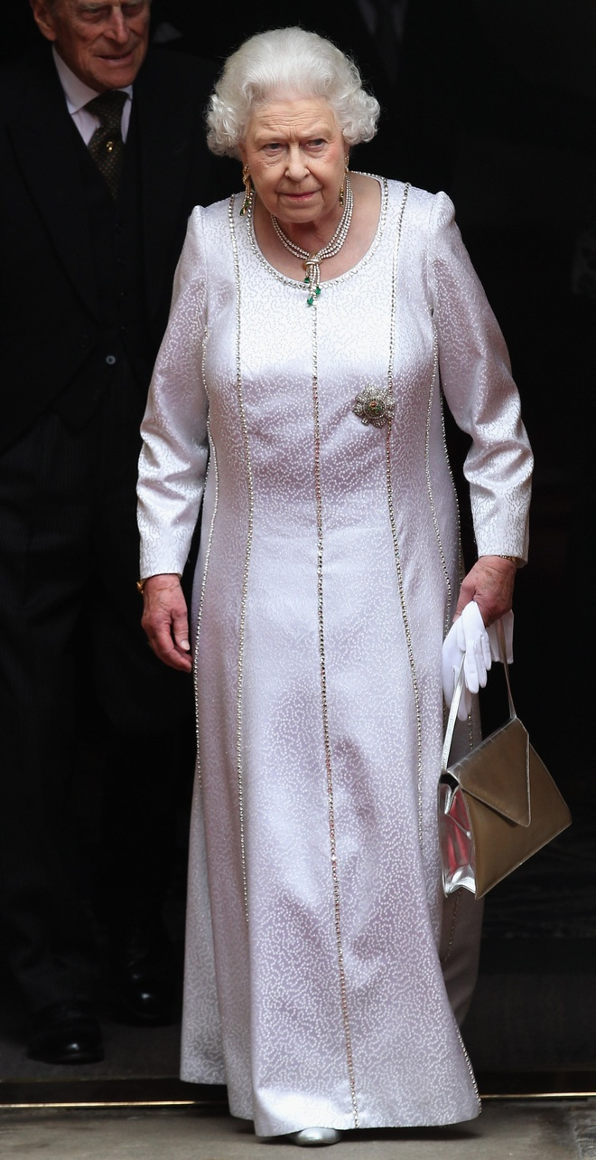 Phong cach hoan toan doi lap cua nu hoang Anh va Dan Mach hinh anh 13 Queen_Elizabeth_wore_white_gown_Thistle_Ceremony_Scotland.jpg