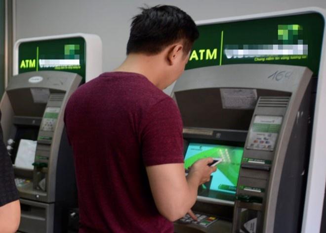 Nhieu vu tien trong the ATM bong bien mat hinh anh