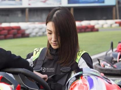 Hot girl dua xe Trung Quoc kiem 2 trieu USD moi nam hinh anh