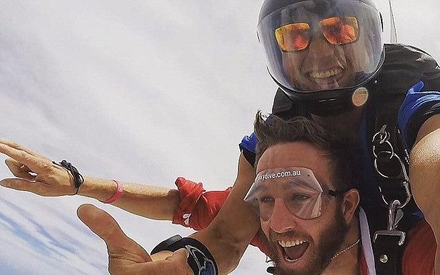 155 'ong gia Noel' cung nhay du tu do cao 4.000 m hinh anh