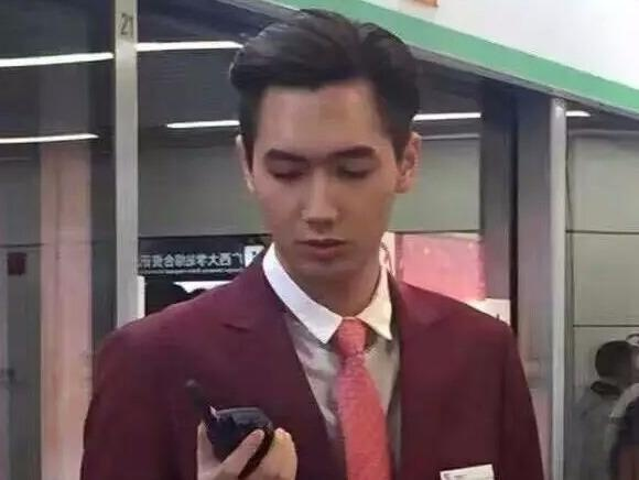 Chang nhan vien ga tau bi chuyen cong tac vi qua dep trai hinh anh