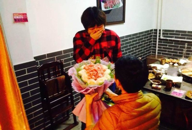 Chang trai Trung Quoc tang ban gai bo hoa lam tu tien hinh anh 3