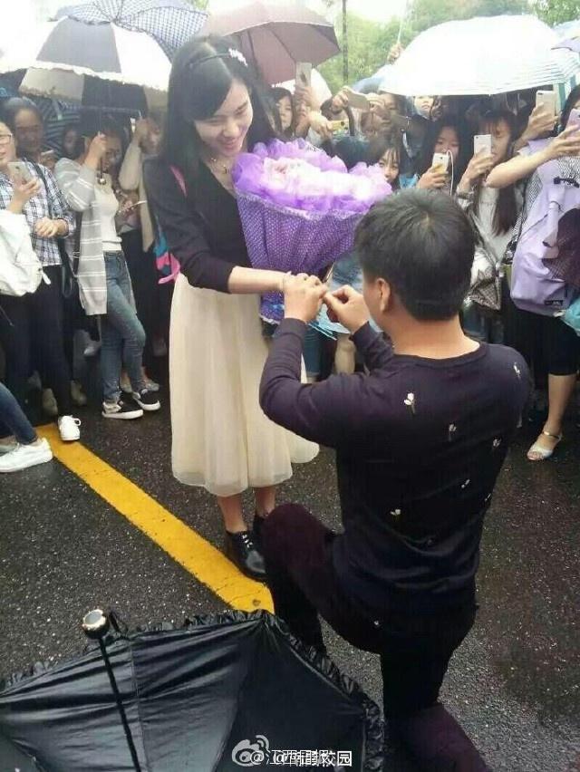 Chang trai Trung Quoc tang ban gai bo hoa lam tu tien hinh anh 2