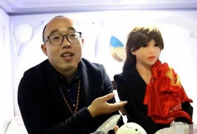Chang trai Trung Quoc ket hon voi robot vi qua e hinh anh 1