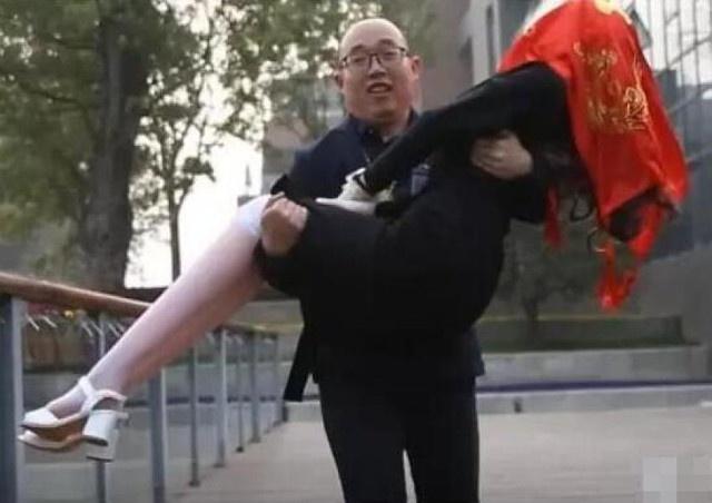 Chang trai Trung Quoc ket hon voi robot vi qua e hinh anh 2
