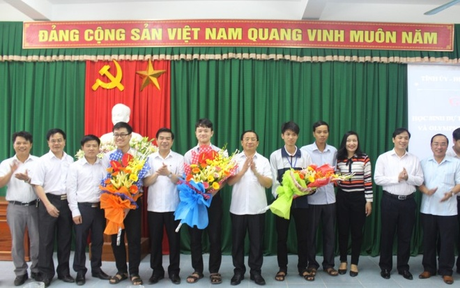 Truong co 3 hoc sinh du ky thi Olympic the gioi hinh anh 1