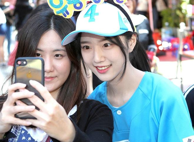 Nhieu nguoi chen lan selfie cung con gai ung vien tong thong Han Quoc hinh anh 4