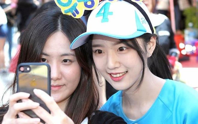 Nhieu nguoi chen lan selfie cung con gai ung vien tong thong Han Quoc hinh anh