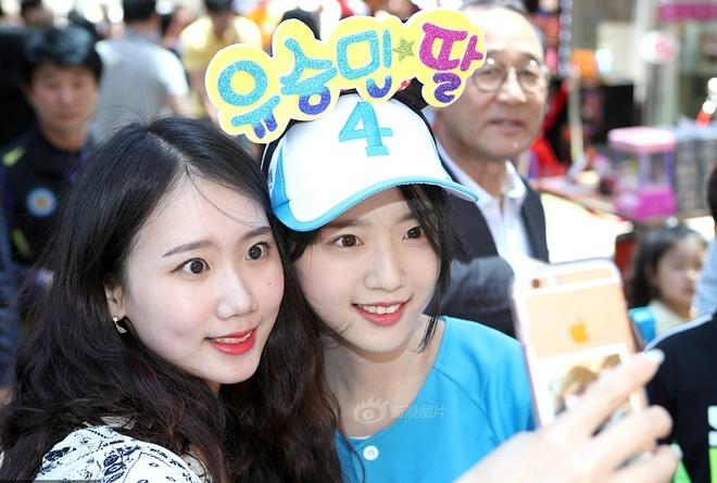 Nhieu nguoi chen lan selfie cung con gai ung vien tong thong Han Quoc hinh anh 5