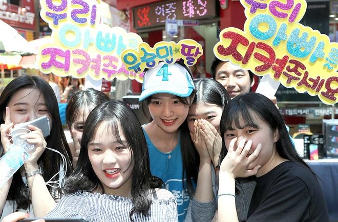 Nhieu nguoi chen lan selfie cung con gai ung vien tong thong Han Quoc hinh anh 3