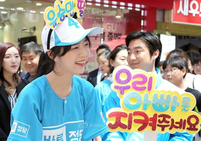 Nhieu nguoi chen lan selfie cung con gai ung vien tong thong Han Quoc hinh anh 1