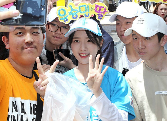 Nhieu nguoi chen lan selfie cung con gai ung vien tong thong Han Quoc hinh anh 6