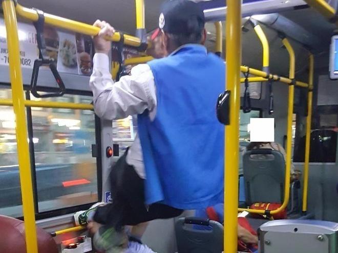 Chiem ghe tren xe bus, chang trai bi ong lao 70 tuoi sut vao mat hinh anh