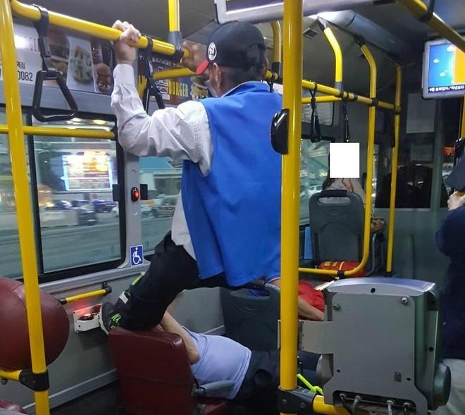 Chiem ghe tren xe bus, chang trai bi ong lao 70 tuoi sut vao mat hinh anh 1