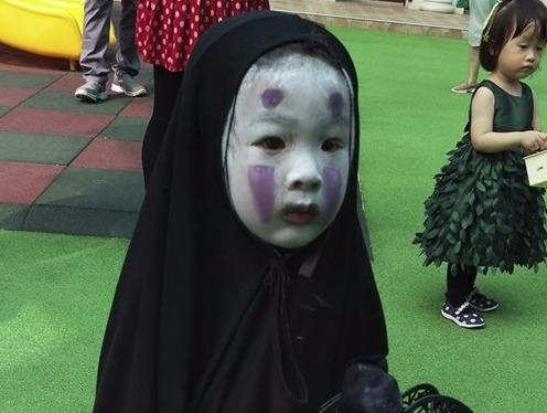 'Co be Vo Dien' va cac nhan vat bong noi tieng nho hoa trang Halloween hinh anh